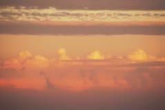 Пушистые облака вечера лето теплое Стоковые Изображения RF