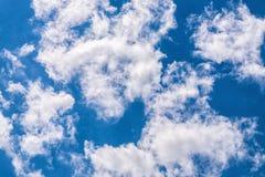 Пушистые облака восходящих потоков теплого воздуха кумулюса Стоковые Изображения RF