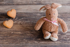 Пушистый зайчик игрушки с печеньями в форме сердец открытка Стоковые Фотографии RF