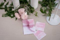 Пушистый розовый зефир в опарнике на таблице с розовыми скатертью и растительностью стоковая фотография