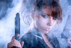 пушка держа сексуальную женщину дыма стоковые изображения