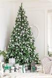 пуща рождества knurled зима снежных тропок утра широкая классические квартиры с белым камином, украшенным деревом, яркой софой, б Стоковая Фотография RF