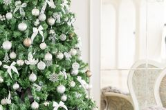 пуща рождества knurled зима снежных тропок утра широкая классические квартиры с белым камином, украшенным деревом, яркой софой, б Стоковая Фотография