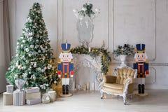 пуща рождества knurled зима снежных тропок утра широкая классические квартиры с белым камином, украшенной елью, софой, большими о Стоковое Фото