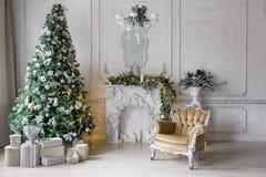 пуща рождества knurled зима снежных тропок утра широкая классические квартиры с белым камином, украшенной елью, софой, большими о Стоковые Фотографии RF