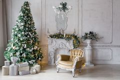 пуща рождества knurled зима снежных тропок утра широкая классические квартиры с белым камином, украшенной елью, софой, большими о Стоковые Изображения RF