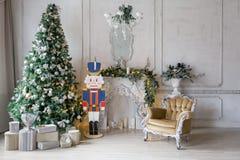 пуща рождества knurled зима снежных тропок утра широкая классические квартиры с белым камином, украшенной елью, софой, большими о Стоковые Изображения