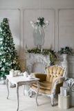 пуща рождества knurled зима снежных тропок утра широкая классические квартиры с белым камином, украшенной елью, софой, большими о Стоковое фото RF