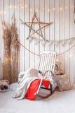 пуща рождества knurled зима снежных тропок утра широкая Кресло-качалка с украшениями швырком и деревянной стеной Стоковые Изображения RF