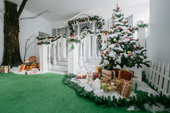 пуща рождества knurled зима снежных тропок утра широкая классические роскошные квартиры с белым камином, украшенным деревом, ярко Стоковое Изображение