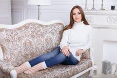 пуща рождества knurled зима снежных тропок утра широкая Молодая красивая женщина в классических квартирах стоковое фото