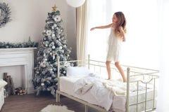 пуща рождества knurled зима снежных тропок утра широкая стоковые изображения rf