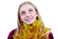 пущи падения дня осени женщина красивейшей гуляя красивейший состав Стоковое Изображение RF
