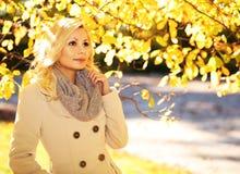 пущи падения дня осени женщина красивейшей гуляя падение Белокурая красивая девушка с желтыми листьями Стоковые Изображения RF