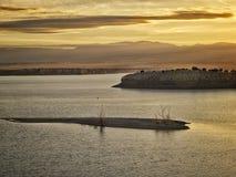 Пуэбло озера на сумраке Влажные горы стоят на заднем плане Стоковые Изображения RF