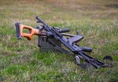 2 пулемета лежа в траве Стоковое фото RF