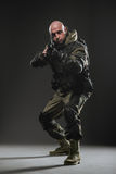 Пулемет владением человека солдата на темной предпосылке Стоковая Фотография RF