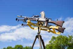 Пулемет на стойке против неба Стоковое Изображение