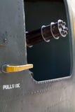 Пулемет указывая вне от двери вертолета Стоковые Изображения RF