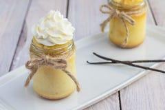 2 пудинг испеченный опарниками сделанный от яичных желтков с взбитой сливк Стоковое Фото