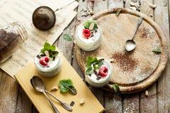 Пудинг семени Chia с полениками шоколадом и мятой в опарниках Стоковая Фотография