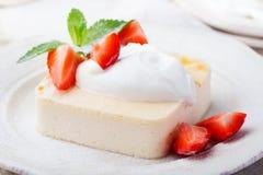 Пудинг, чизкейк, десерт заварного крема, с сметаной и свежими листьями клубники и мяты Стоковое Изображение