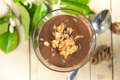 Пудинг шоколада ванильный с грецкими орехами в стекле Стоковые Фото