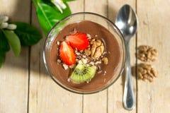 Пудинг шоколада ванильный с клубниками и грецкими орехами в стекле Стоковое фото RF