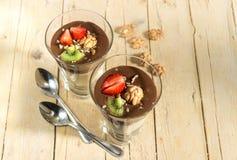 Пудинг шоколада ванильный с клубниками и грецкими орехами в стекле Стоковые Изображения
