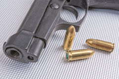 Пули и оружие на алюминиевой предпосылке Стоковая Фотография RF