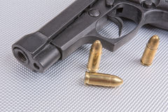 Пули и оружие на алюминиевой предпосылке Стоковые Изображения