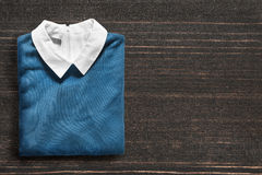 Пуловер на деревянной предпосылке Стоковое Фото
