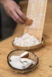 Пульпа кокоса заскрежетанная на деревянном шредере Стоковые Фото