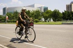 ПХЕНЬЯН, велосипедист СЕВЕРНОЙ КОРЕИ в улице Стоковые Фотографии RF