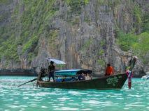 Пхукет, Пхукет Таиланд - 10 15 2012: деревянный бег шлюпки тайскими людьми плавает с несколько иностранными туристами вдоль краси стоковые изображения rf
