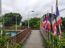 Пхукет, Таиланд - июнь 2019: Флаги расположенные на назеином скрещивании в Пхукете стоковое изображение