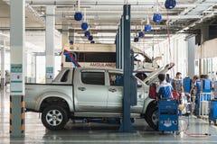 ПХУКЕТ, ТАИЛАНД - 10-ОЕ МАРТА: Техник автомобиля ремонтируя автомобиль в wo Стоковые Фото