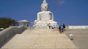 ПХУКЕТ, ТАИЛАНД - 5-ОЕ МАРТА 2019 Steadicam сняло большой статуи Будды на острове Пхукета o видеоматериал