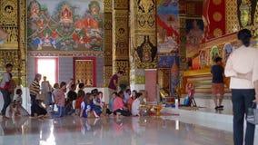Пхукет, Таиланд - 27-ое марта 2019 Wat Maha которое Wachiramongkol Люди и женщины Thais сидят в традиционных одеждах сток-видео