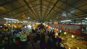 ПХУКЕТ, ТАИЛАНД 9-ое сентября 2018: Азиатский продовольственный рынок с толпой обеспечений людей идя и покупая акции видеоматериалы