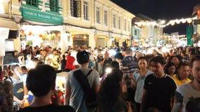 Пхукет Таиланд: 17-ое февраля 2019: Шпик Yai улицы Пхукета идя, уличный рынок воскресенья идя в городке Пхукета старом, Таиланде видеоматериал