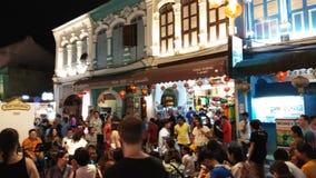 Пхукет Таиланд: 17-ое февраля 2019: Шпик Yai улицы Пхукета идя, уличный рынок воскресенья идя в городке Пхукета старом, Таиланде сток-видео