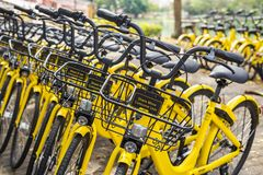 ПХУКЕТ, ТАИЛАНД - 13-ОЕ ЯНВАРЯ 2018: Желтый цвет bicycles parkin Стоковое фото RF