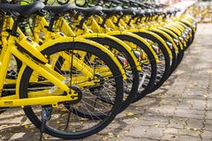 ПХУКЕТ, ТАИЛАНД - 13-ОЕ ЯНВАРЯ 2018: Желтый цвет bicycles parkin Стоковые Фото