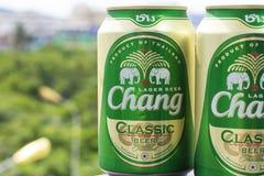 ПХУКЕТ, ТАИЛАНД 20-ое января 2018 - новая бутылка классики пива Chang Стоковые Изображения