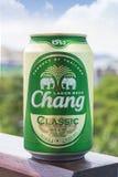 ПХУКЕТ, ТАИЛАНД 20-ое января 2018 - новая бутылка классики пива Chang Стоковые Фото