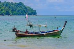 Пхукет Таиланд 08/05/2018 - Рыболов сидя в его шлюпке длинного хвоста стоковые изображения