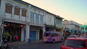 ПХУКЕТ, ТАИЛАНД - 3-ЬЕ МАРТА 2019 Steadicam сняло исторических зданий в старой части городка Пхукета, острова Пхукета сток-видео