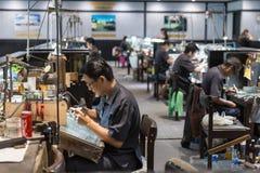 ПХУКЕТ, ТАИЛАНД 9-ОЕ ЯНВАРЯ 2018: Тайский ювелир делая ювелирные изделия внутри стоковое изображение rf