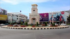 Пхукет, Таиланд - башня с часами 30-ое апреля 2015 в круге Surin, промежутке времени видеоматериал